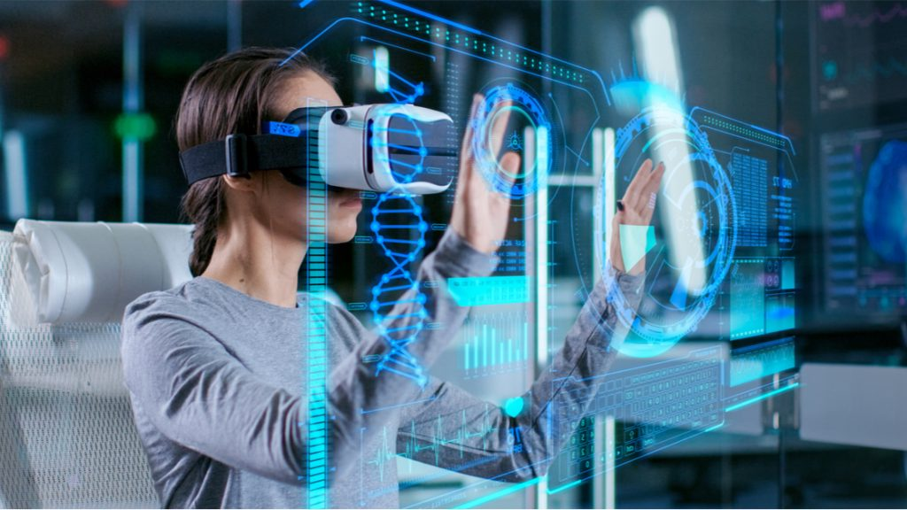 Femme travaillant en mode réalité virtuelle